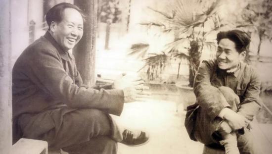 图片说明:1950年10月,中共中央作出抗美援朝的决定后,毛泽东毅然把儿子毛岸英送到了朝鲜。图为毛泽东与毛岸英在北平香山。