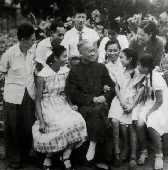 图片说明:1960年8月,刘少奇与家人在北戴河的合影。